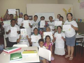 """Alunos participantes do projeto """"Educar para não escravizar"""", realizado pelo Programa Brasil Alfabetizado, apresentam seus desenhos sobre trabalho escravo em Rio Maria - PA. (Crédito: Programa Brasil Alfabetizado)"""
