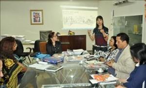Natália Suzuki, da Ong Repórter Brasil, apresenta à Seduc projeto de combate ao trabalho escravo.